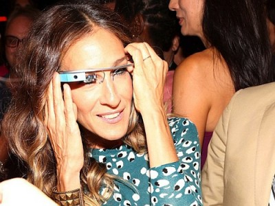Sarah Jessica Parker looking like a total dork wearing Google Glass